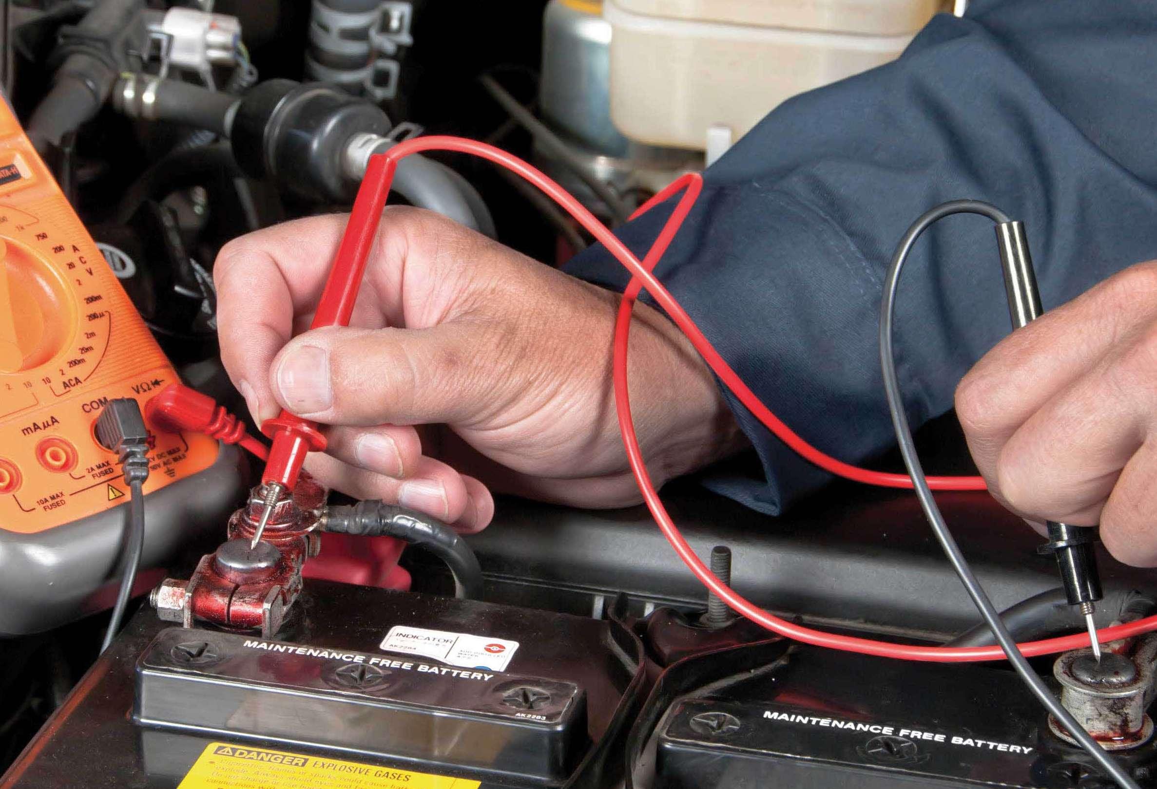 Проверить автомобильный аккумулятор в домашних условиях