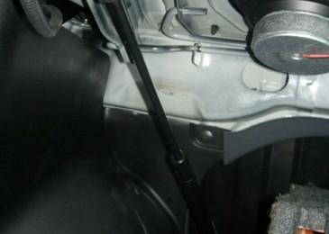 Газовый упор в багажнике